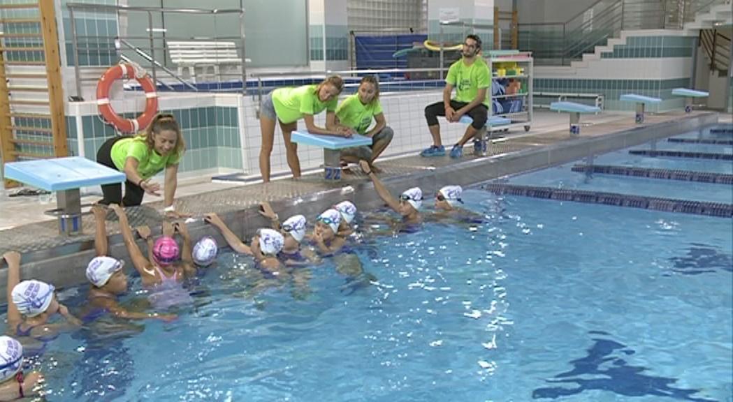 Una quinzena de nedadores participen al primer campus de natació artística de Gemma Mengual