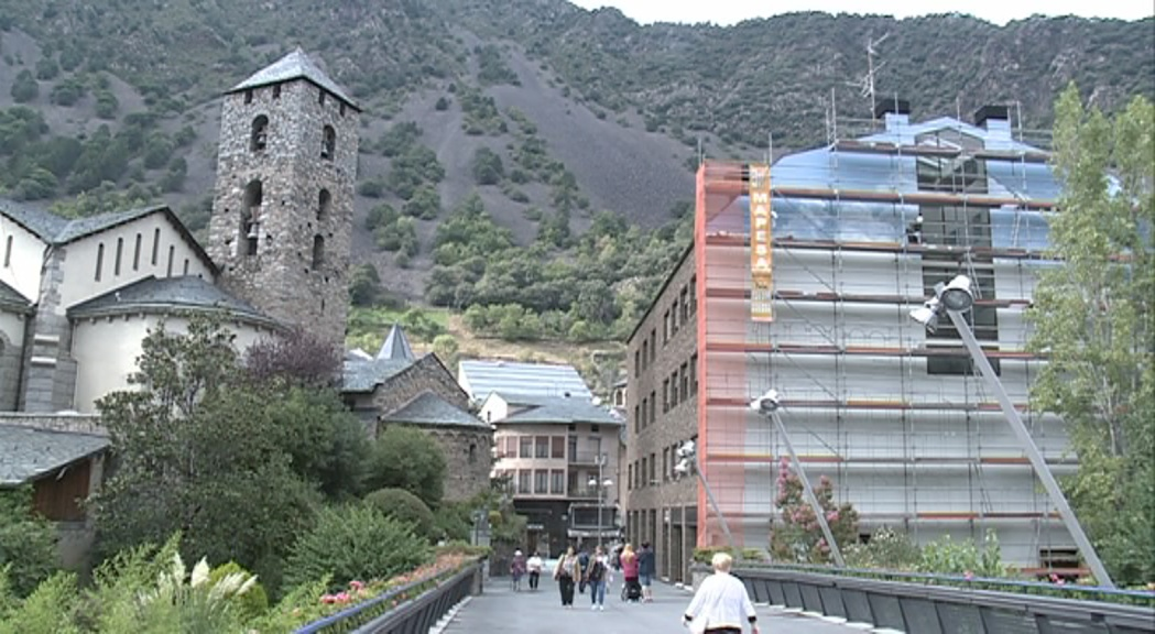 La façana posterior del comú es transforma en obra d'art per recrear la plaça Príncep Benlloch
