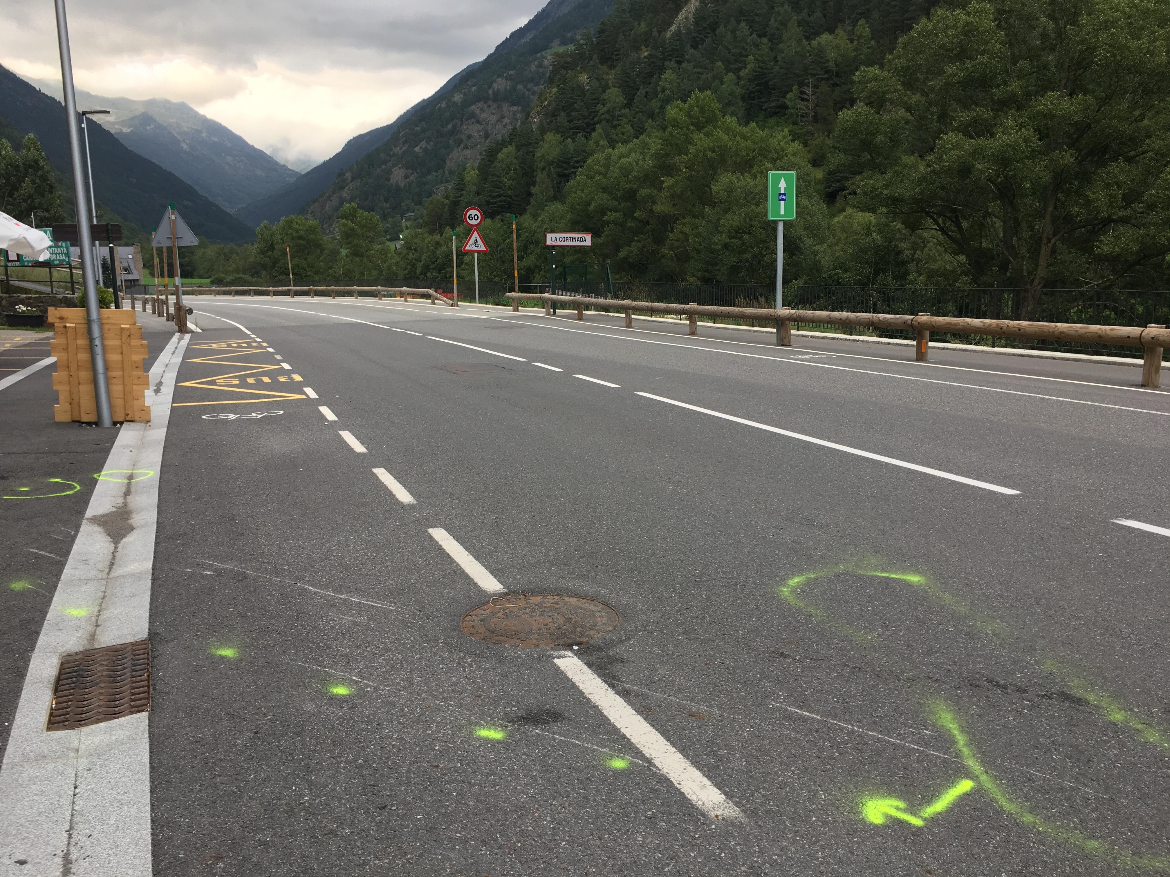 Dues persones han resultat ferides en un accident entre una motoc