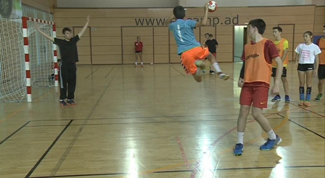 El Total Handball Camp especialitza en la disciplina una vuitantena de nens i joves al Pas