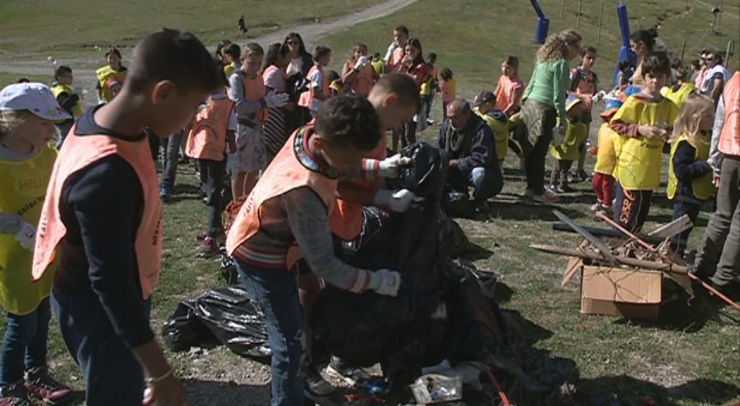 Uns 70 nens de l'escola francesa del Pas s'impliquen en la recollida d'escombraries