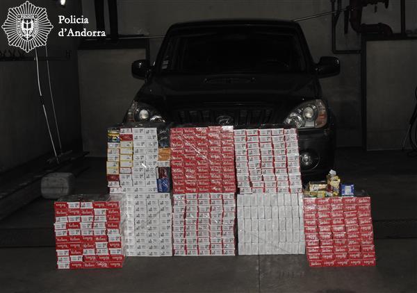 La policia desmantella una xarxa de contraban i tanca un comerç implicat