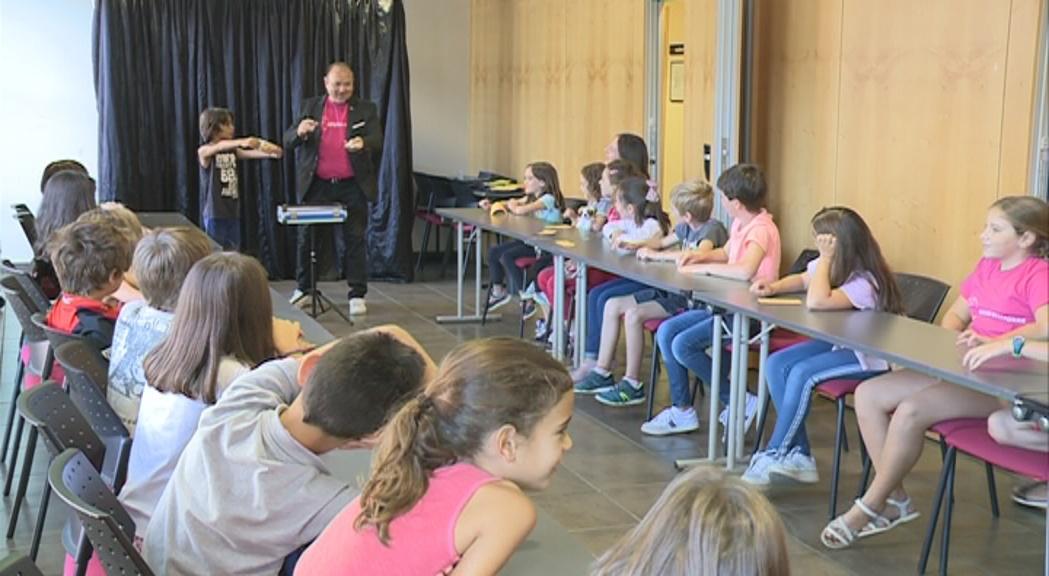 Una trentena de nens descobreixen alguns dels secrets de la màgia
