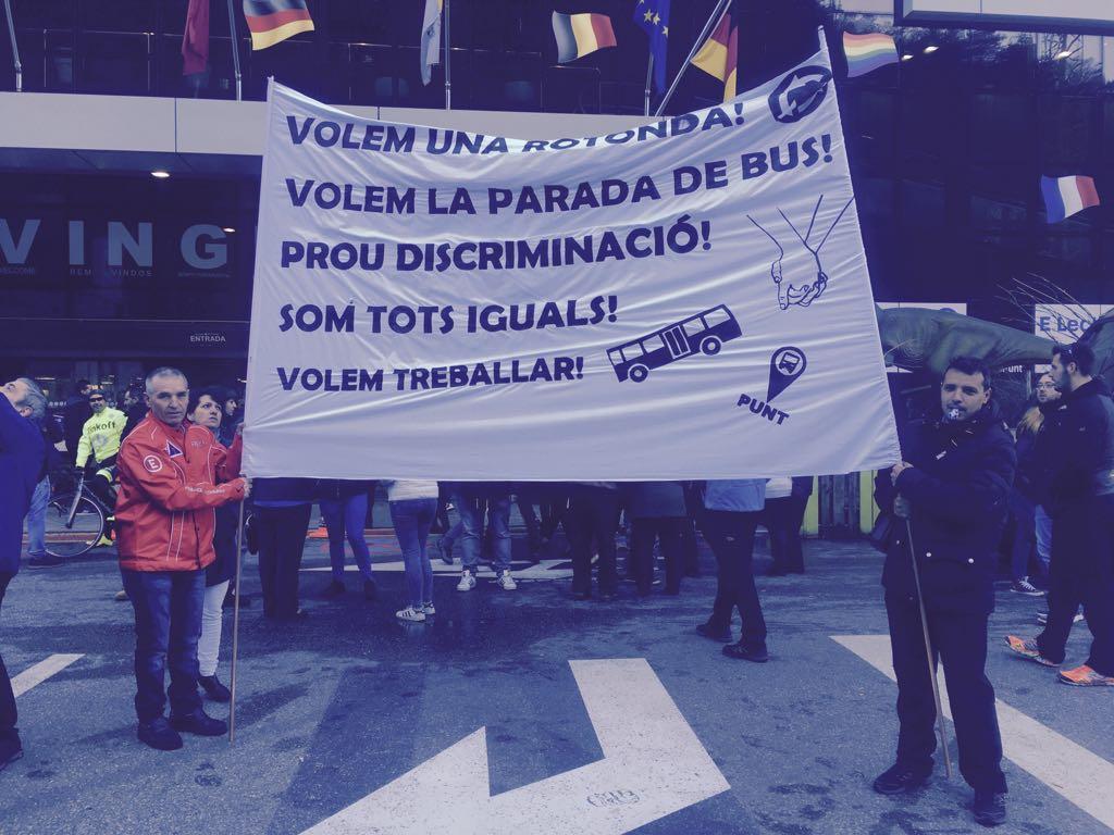 Un centenar de treballadors del Punt de Trobada es manifesta per reclamar una rotonda i una parada d'autobús