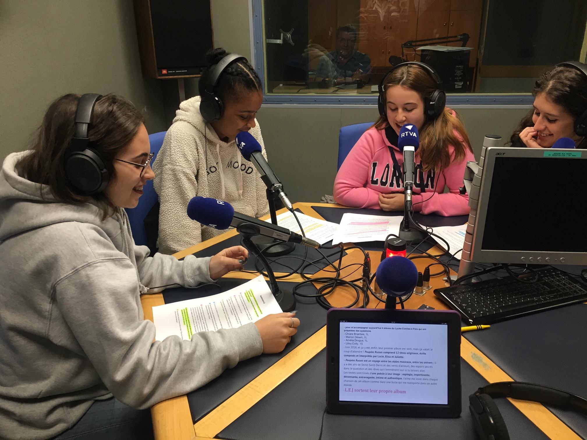 Quatre alumnes del Lycée entrevisten el grup L.E.J