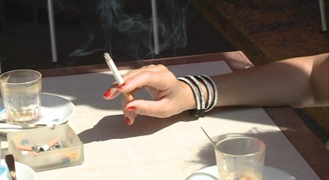 Reportatge: Un 54% de la població encara fuma