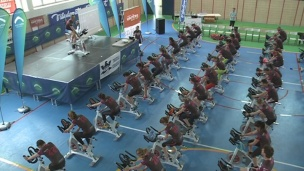 Unes 300 persones pedalen contra el càncer