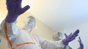 L'hospital disposa de dos tipus de vestits específics per tractar un possible cas d'Ebola